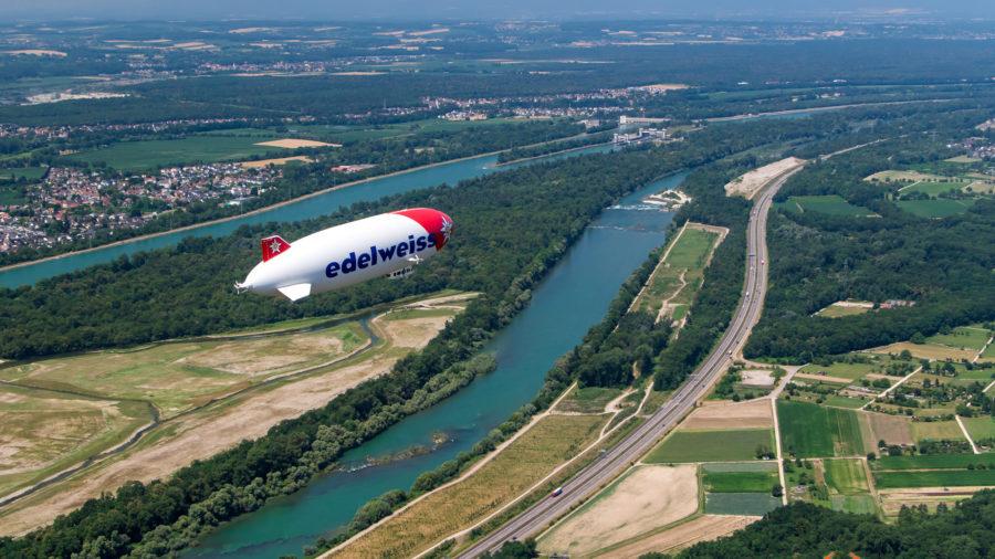 Zeppelin über dem Rhein